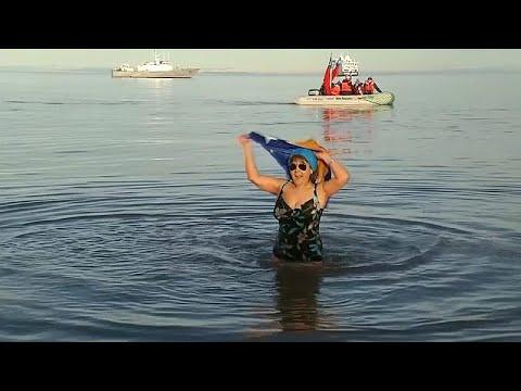 شاهد: غطسة منعشة في المياه المتجمدة.. هكذا يحتفل التشيليون بقدوم الشتاء…  - 17:54-2019 / 7 / 17