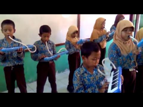 Belajar memainkan alat musik pianika Ibu Kita Kartini kls 3 SD