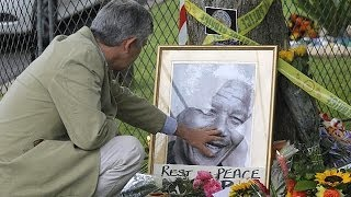 South Africa: crowds mourn Nelson Mandela