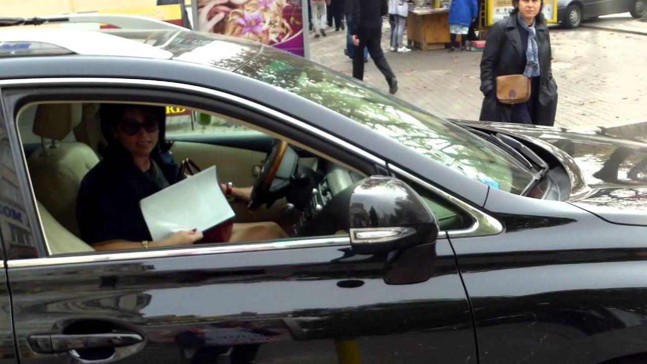 Gospodine cu mașini fac regula peste drum de Primărie