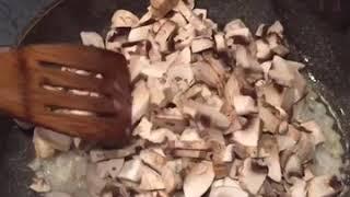 Салат с курицей,грибами и яичными блинчиками