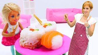 Барби и Маша Капуки готовят роллы. Видео для девочек.