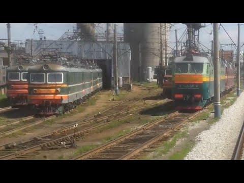 локомотивное депо Екатеринбург-пасс из окна поезда электровозы ЧС2, ЧС7 всех сортов.