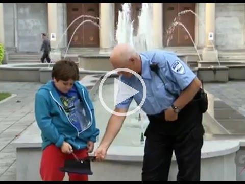 Çocuk, Polisin Şapkasına İşiyor