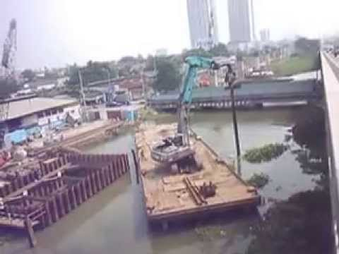 Moves barge in with vibrating hammer