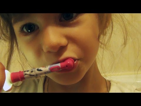 КАК чистить ЗУБЫ ребенку | Когда начинать | Выбор зубной щетки