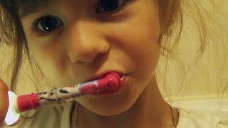 КАК чистить ЗУБЫ ребенку | Когда начинать | Выбор зубной щетки(Навигация по времени: 0:10 когда у дочки вылез первый #зубик 0:21 чем я чистила первые зубки ребенку 0:32 почему..., 2016-08-17T10:15:32.000Z)