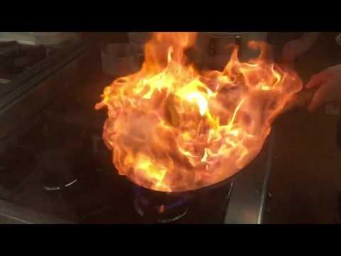 Фламбе. Горящиее овощи на вок сковороде в слоумо
