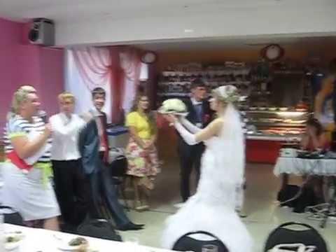 Невеста кидает букет лови