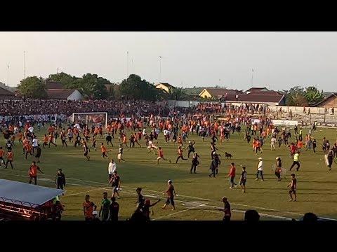MENCEKAM--Begini Keributan Suporter di Laga PSIR Rembang vs Persis Solo