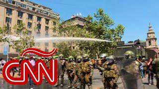 Carabineros de Chile intentan detener con gas pimienta y agua a los manifestantes