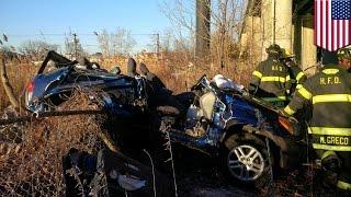Двое спаслись в автомобиле, сорвавшемся с моста