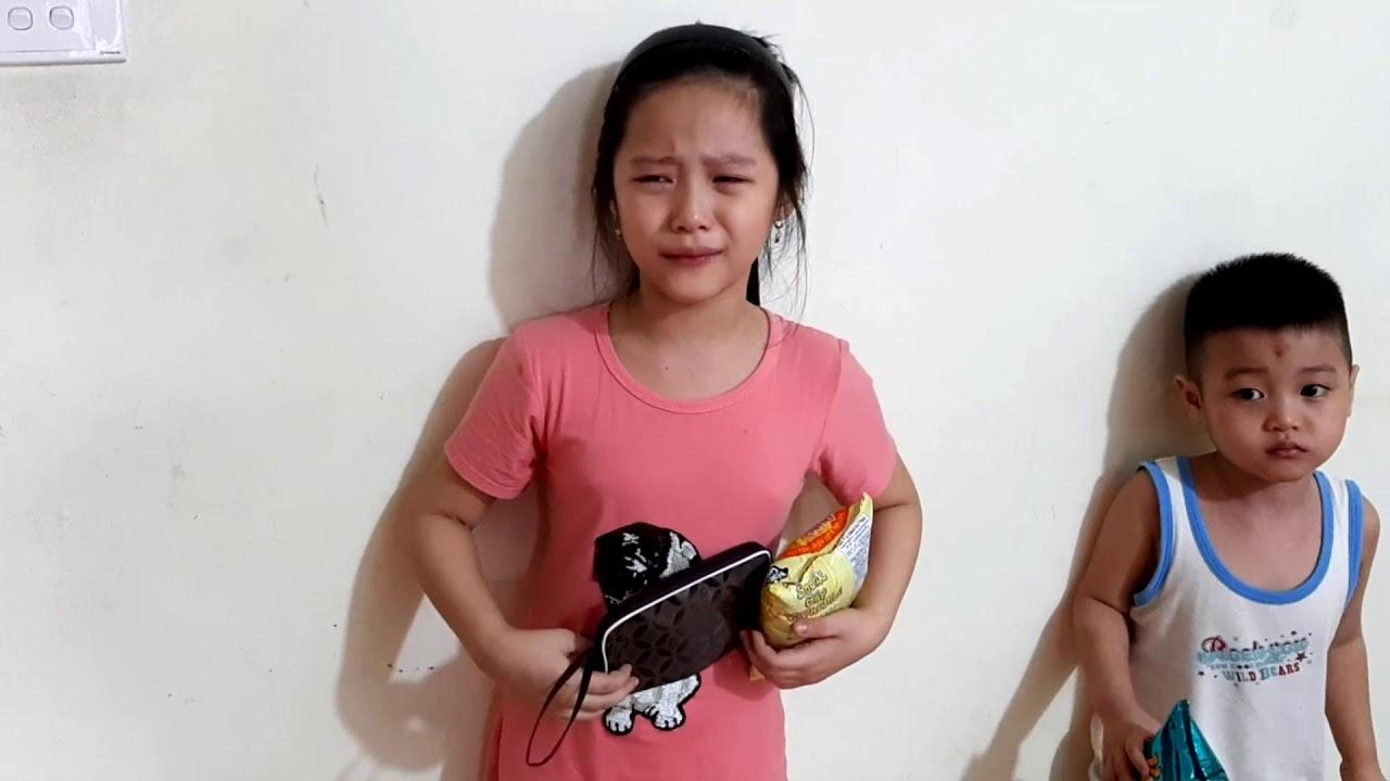 Gia Linh tự ý cầm ví tiền đi mua Bim bim    Chị Silent Sea tịch thu ví tiền của Gia Linh