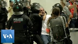 Police Scuffle with Pro-Independence Protesters in Barcelona Airport