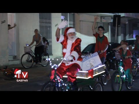 Papai Noel chega de bicicleta a Gaspar