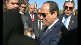 بالفيديو.. سيدة تقتحم موكب الرئيس بأسوان.. وتقول: «قالوا لي هيضربوكي بالنار»