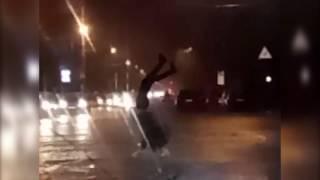 Пешеход -акробат на двух руках перешел затопленную улицу