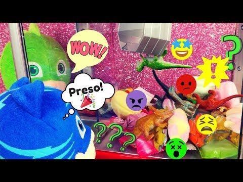 Peschiamo i dinosauri dalla macchinetta prendi caramelle coi Pj Masks [Video per bambini]