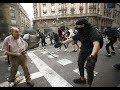 Un anciano se enfrenta a los manifestantes en una barricada