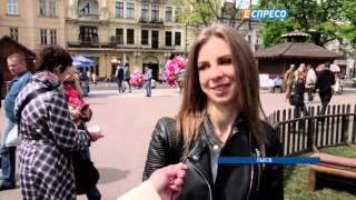 Во Львове открыли Пасхальную ярмарку(Во Львове открыли Пасхальную ярмарку. В центре города появились деревянные домики, где продают предпасхаль..., 2016-04-25T20:37:08.000Z)