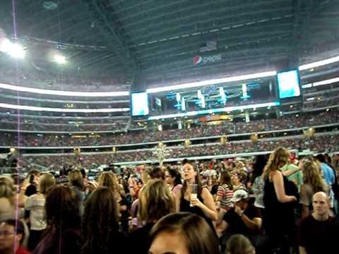 Taylor Swift @ Cowboys Stadium: 55,000+ people!!!