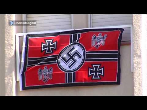 Banderas nazis en un edificio de Sabadell