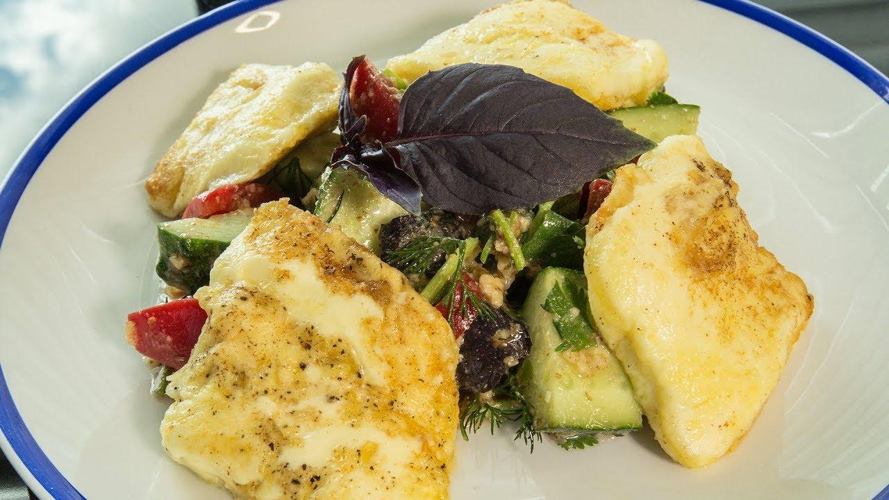 Грузинский салат. Жареный сыр сулугуни. Свежие овощи.