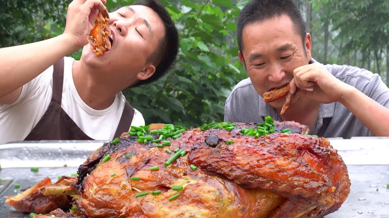 大哥想吃鹽焗雞,抓隻雞用十斤鹽來焗,出鍋香氣四溢,看著都流口水【鐵鍋視頻】