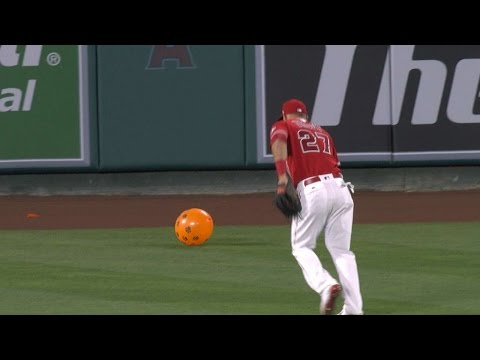 SEA@LAA: Mike Trout turns to pop balloon, is too late