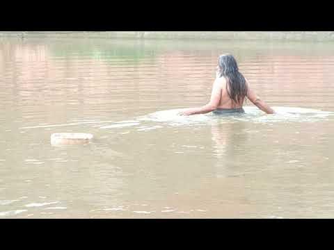 श्री रामप्रकाश जी महाराज रामधाम नोखा महत के द्वारा पत्थर की कुंडी पानी में तैराते हुए गुलाब सागर में