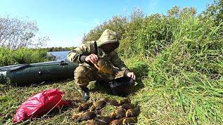 Простой деревенский парень ловит рыбу сетями Проверка сетей хорошо попало