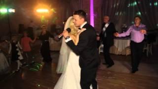Поёт жених невесте на свадьбе