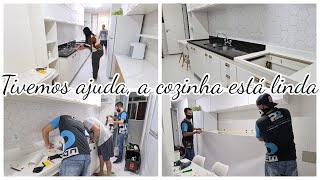 COZINHA DE CARA NOVA | A TORNEIRA VEIO RUIM | TIRAMOS O VINIL | OLHA O RESULTADO | Viviane Magalhães