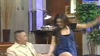 Repeat youtube video Tukul remas pantat Bella Saphira.. emang lucu ya ?!!!
