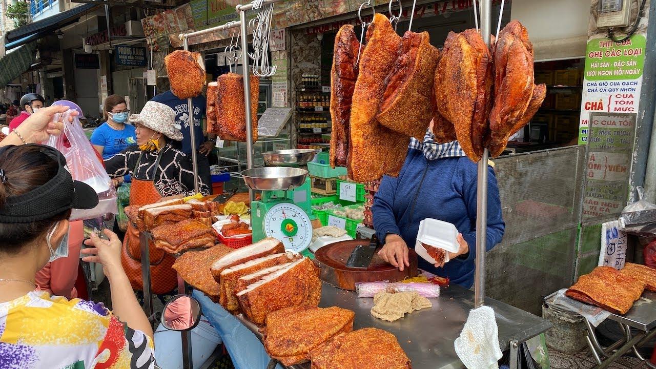 Khủng khiếp tiệm heo quay khách đông kín ở chợ Bà Chiểu, chặt không kịp bán