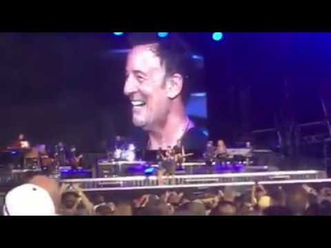 Onstage marriage proposal at Bruce Springsteen MetLife concert