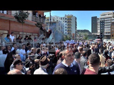 Shkodër, 11 protestuesit në gjykatë, qytetarët dhe PD protestë, hidhen kapsolla dhe tymuese