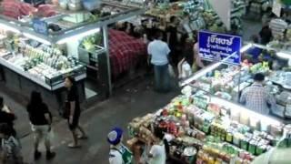 タイ北部のチェンマイ・ワロロット市場内の様子 地元の人の生活感が・・...