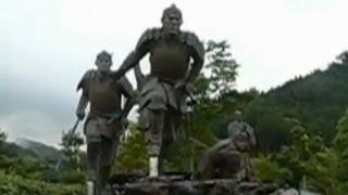 坂本竜馬が土佐藩から脱藩した県境の高知県梼原町に、維新の門の像があ...