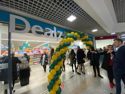 Colas y ofertas en la inauguración de Dealz