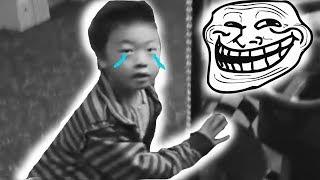 Niño es trolleado por una máquina de pelotas