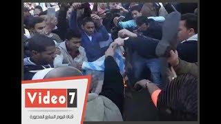 متظاهرون يحرقون علم إسرائيل عقب صلاة الجمعة بالأزهر