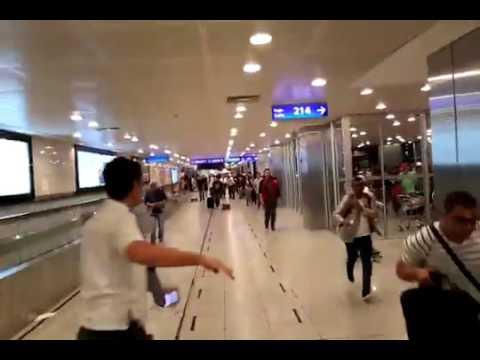 la frenetica evacuacion del aeropuerto de estambul tras la explosiones y los disparos