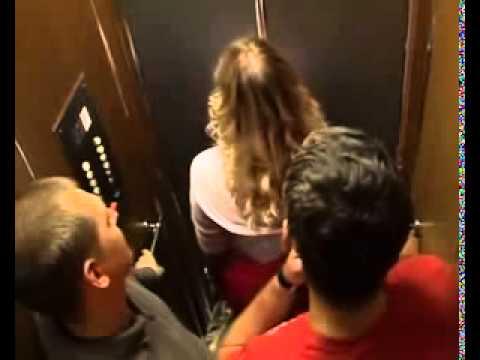 Девушка мастурбирует в подъезде