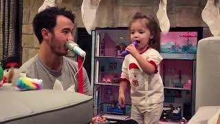 Kevin Jonas cantando con Valentina