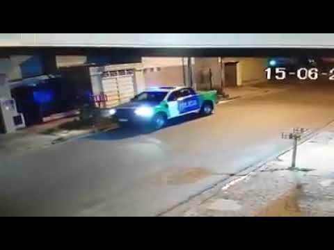 """El video viral de la """"persecución"""" de un patrullero para atrapar... ¡un globo!"""