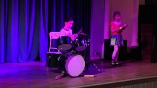 Маленький мальчик круто играет на барабанах