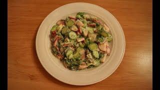 Салат из редиски, огурца и зеленого лука.