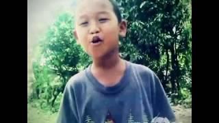 Sebuah lagu yang menyayat hati dinyanyikan oleh anak kecil
