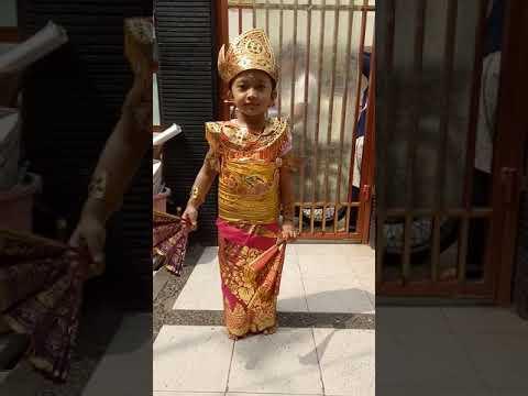 Anak Bali Pakai Baju Tari Panji Semirang